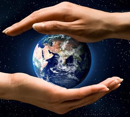 planete Terre mains Image CPA publiee par INFOSuroit.com_
