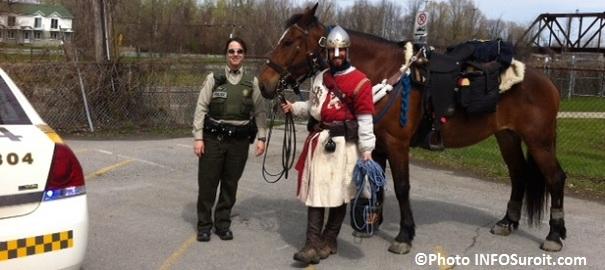 policiere-SQ-avec-le-chevalier-Vincent-Gabriel-Kirouac-et son-cheval-Photo-INFOSuroit-com_