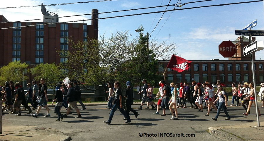 Manifestation-etudiante-18-mai-Valleyfield-rue-Alphonse-Desjardins-Photo-INFOSuroit-com_