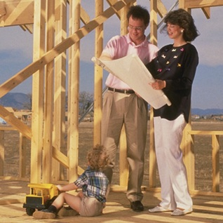 immobilier-construction-couple-enfant-travaux-maison-Photo-CPA-publie-par-INFOSuroit_com_
