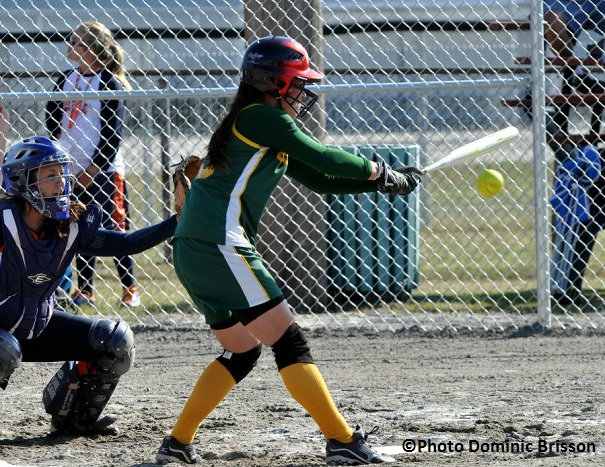 Softball-Sarah-Fauteux-du-Sud-Ouest-au-baton-Photo-Dominic-Brisson-publiee-par-INFOSuroit-com_