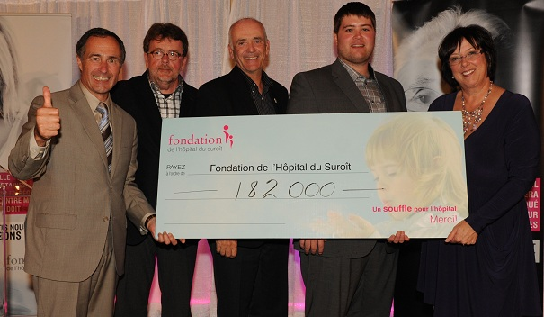 F-Rabeau-S-Massicotte-G-Marois-M-Leahy-et-F-Bourdeau-Cheque-Tournoi-de-golf-2012-Photo-courtoisie-publiee-par-INFOSuroit-com_