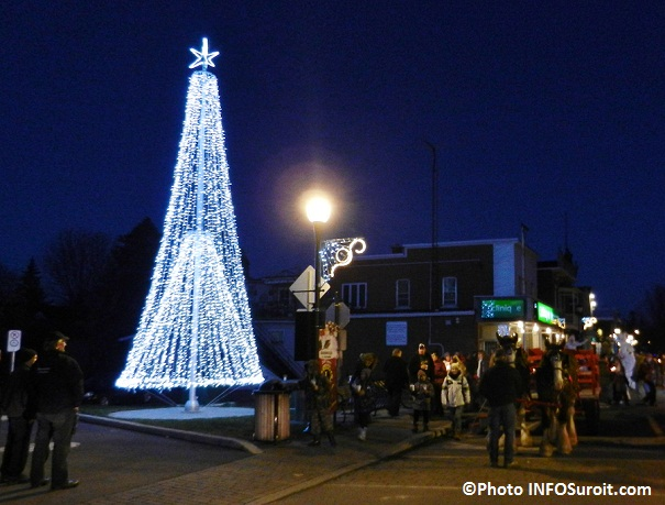 Sapin-illumine-Festival-Noel-Enchante-centre-ville-Ormstown-Photo-INFOSuroit-com_