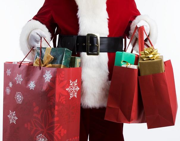 Magasinage-des-Fetes-Pere-Noel-sacs-cadeaux-Photo-CPA-publiee-par-INFOSuroit_com_