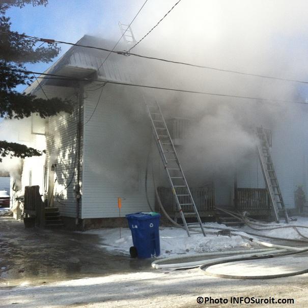 Incendie-12-rue-Perreault-a-Valleyfield-pompiers-echelles-Photo-INFOSuroit_com