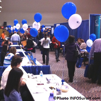Salon-Emploi-VHSL-Valleyfield-visiteurs-et-ballons-kiosques-CSSS-du-Haut-St-Laurent-Photo-INFOSuroit_com
