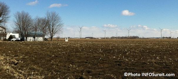 eoliennes-a-ste-clothilde-avec-maison-et-terre-agricole-Photo-INFOSuroit_com