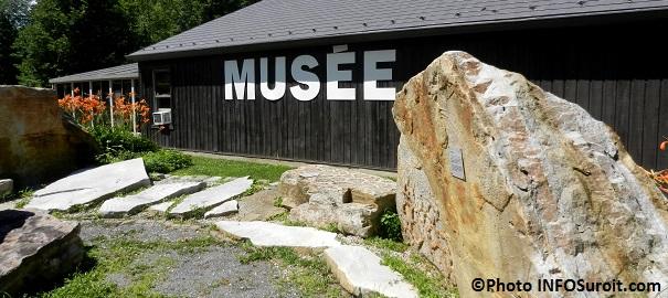 Musee-quebecois-d-archeologie-a-la-Pointe-du-Buisson-vue-du-parc-des-galets-Photo-INFOSuroit_com