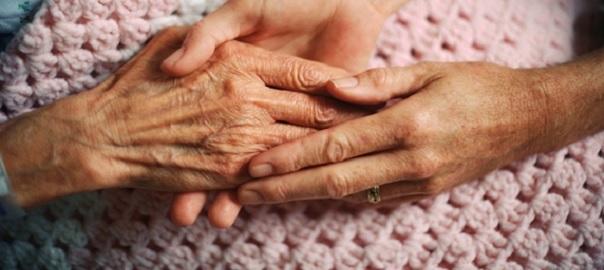 personne-agee-soutien-aidant-naturel-mains-Photo-CPA-publiee-par-INFOSuroit_com