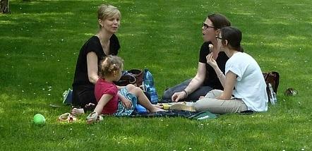 Famille mere avec ses 3 filles sur gazon pique-nique saison estivale Photo Pixabay
