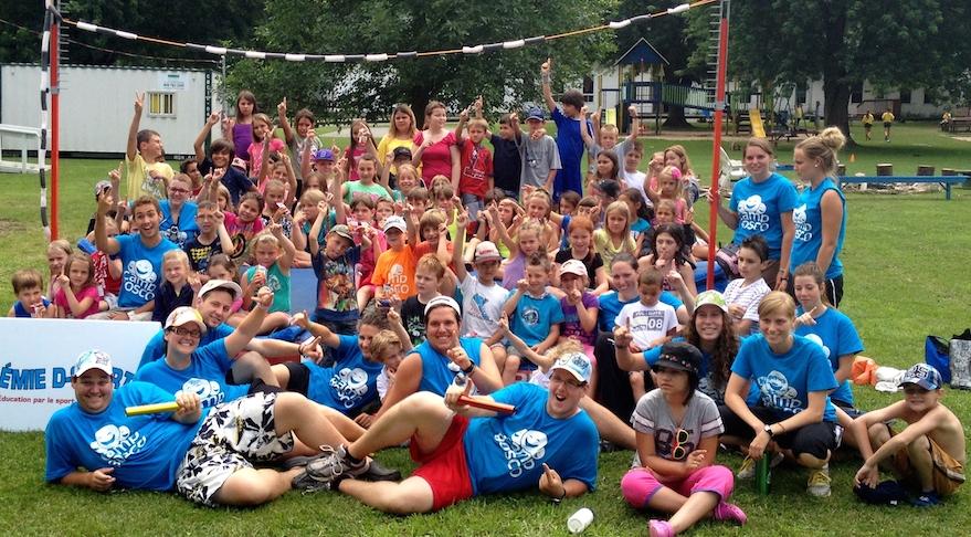 jeunes des camps de jour avec personnel Camp Bosco Photo courtoisie
