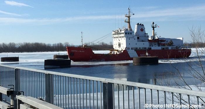 Brise-glace de la Garde Cotiere canadienne pres du pont St-Louis Photo INFOSuroit