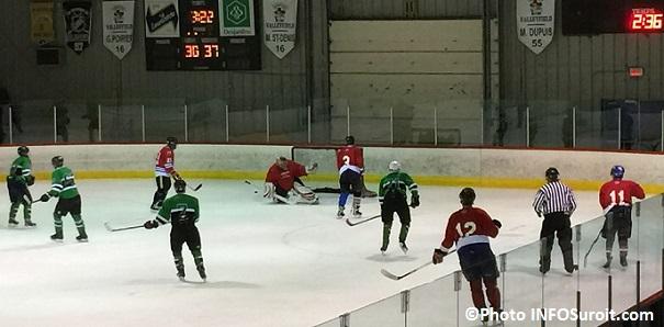 Hockeyton de la SQ Beauharnois_Salaberry joueurs policiers contre equipe chandail rouge Photo INFOSuroit_com