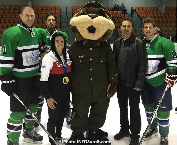 championne olympique Melodie_Daoust mascotte de la SQ Polixe et policiers au Hockeyton 2015 Photo INFOSuroit_com