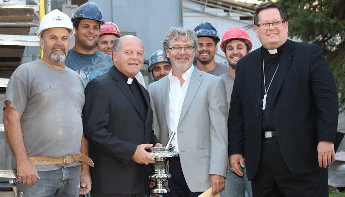 Diocese Valleyfield ouvriers entourant Abbe Lafleur architecte M_Laniel et Cardinal Lacroix Photo courtoisie