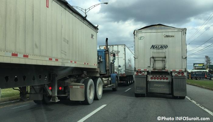 camions qui accaparent la route sur boulevard Mgr-Langlois Photo INFOSuroit_com