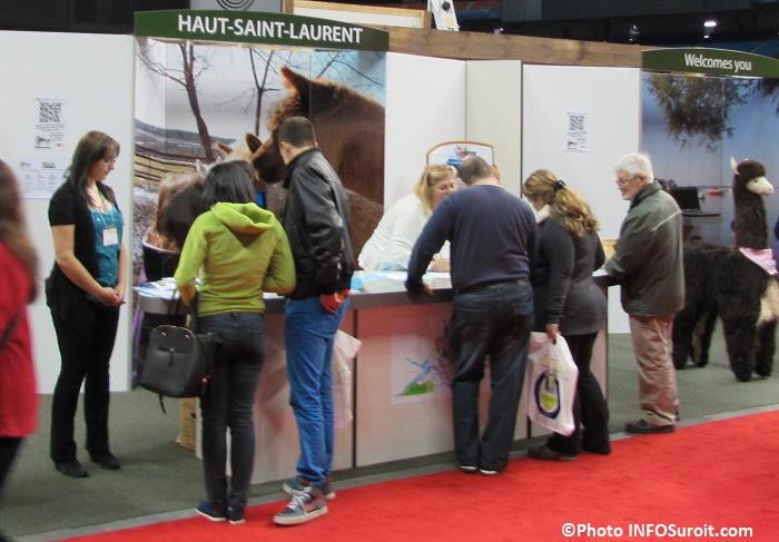 kiosque Haut-Saint-Laurent avec des visiteurs Photo INFOSuroit_com