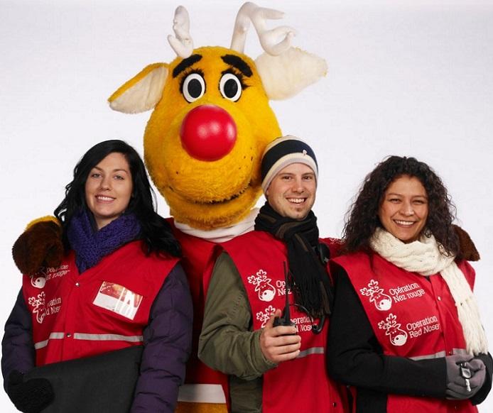 Nez_rouge mascotte avec des benevoles Photo courtoisie ONR Qc