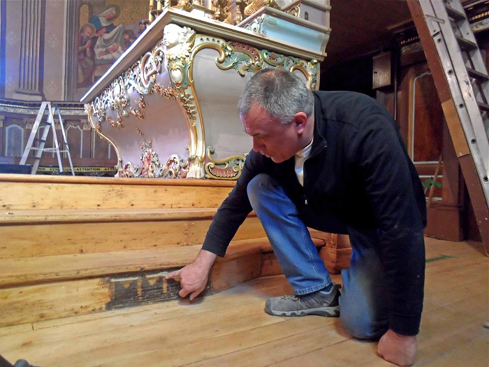 Alain_Michel_Laferriere-restaurateur-eglise-Saint-Michel-photo-courtoisie-publiee-par-INFOSuroit_com