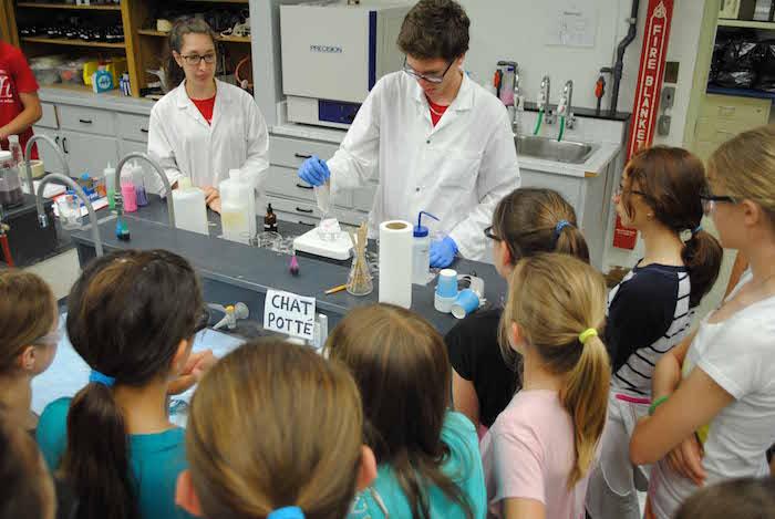 Atelier de chimie eleves du primaire visite 2014 Photo ColVal
