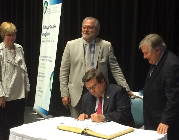 Denis_Coderre signe livre d_or devant maires Chateauguay Beauharnois Valleyfield Photo courtoisie Chambre de commerce