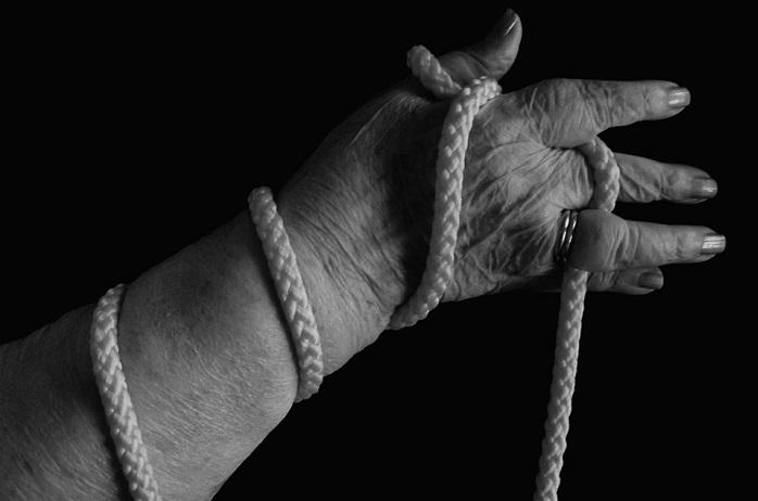main-liee-corde-personne-agee-aine-photo-pixabay-publiee-par-infosuroit-com
