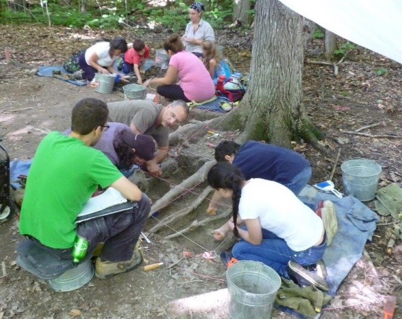 archeologues et apprentis fouilleurs a Pointe-du-Buisson en 2015 Photo courtoisie PdB
