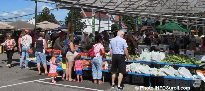Marche public de Valleyfield saison 2016 visiteurs kiosques tomates ble d_inde Photo INFOSuroit