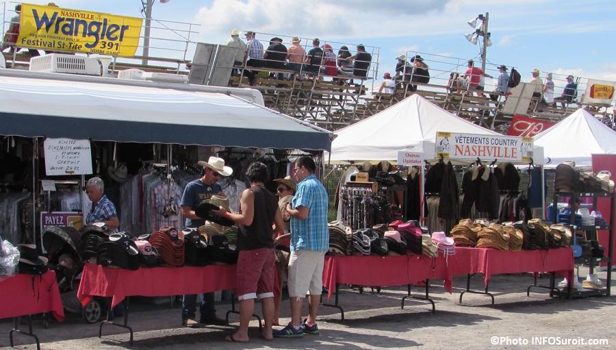 Rodeo Valleyfield kiosque chapeaux de cowboy estrade visiteurs Photo INFOSuroit_com