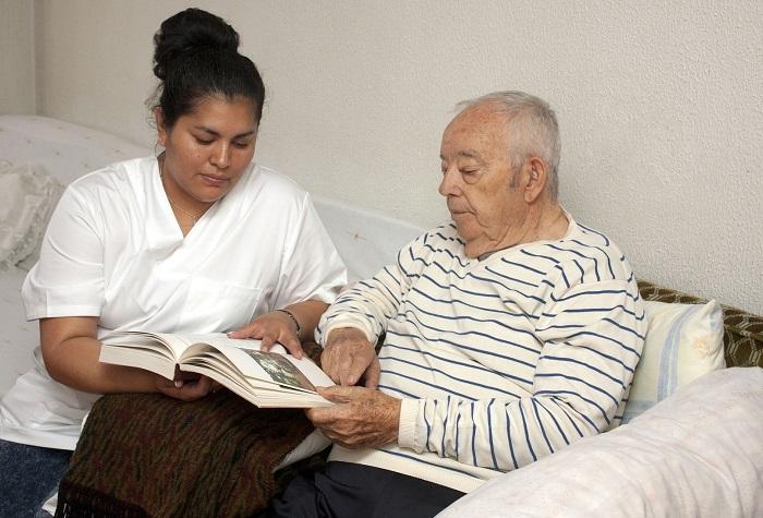 aidant naturel avec personne agee pour lecture Photo Pixabay via INFOSuroit