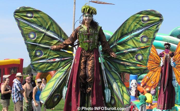 fete familiale Chateauguay 2015 amuseur public papillon sur echasses jeux et familles Photo INFOSuroit