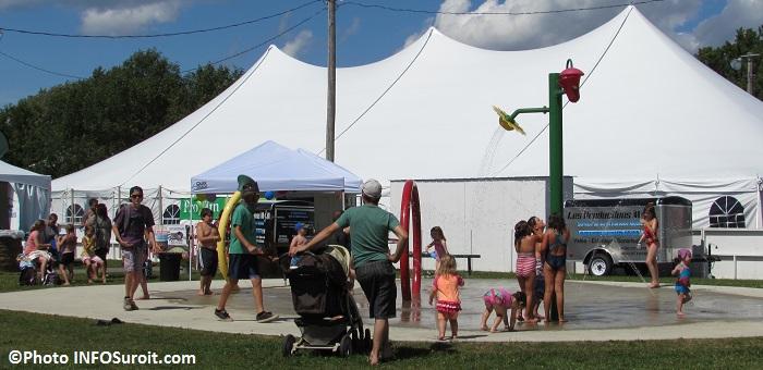 fete familiale St-Louis-de-Gonzague jeux d_eau visiteurs famille Photo INFOSuroit