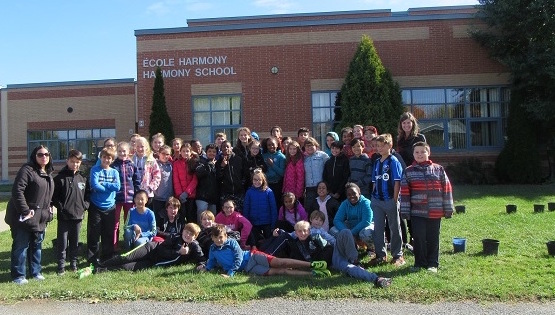 ecole-harmony-eleves-enseignants-et-benevoles-arrc-plantation-photo-courtoisie