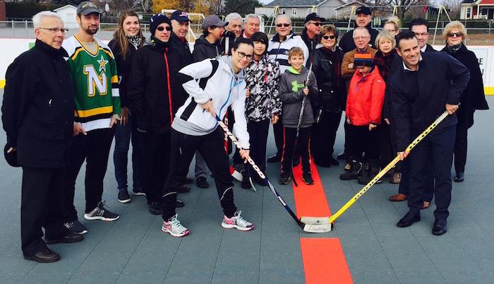 chuot-sbillette-avec-membres-du-conseil-et-gleclair-mise-au-jeu-inauguration-patinoire-multisports-photo-courtoisie