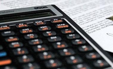 calculatrice-budget-crayon-photo-pixabay-via-infosuroit