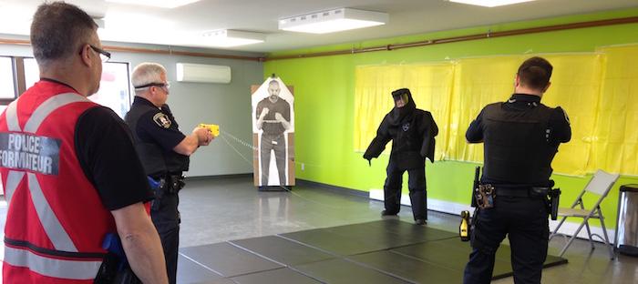 policiers-de-chateauguay-formation-avec-pistolet-taser-photo-courtoisie