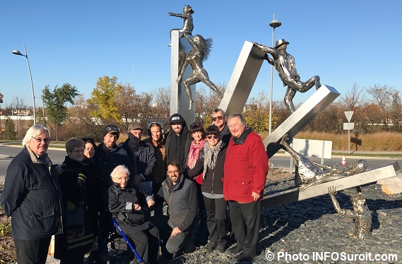 inauguration-sculpture-transition-avec-artistes-famille-et-elus-de-valleyfield-photo-infosuroit_com