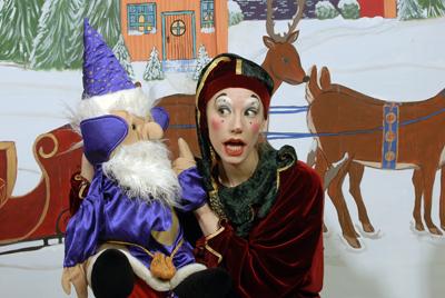 theatre-lapetitevalise-spectacle-lerhumeduperenoel-comedien-et-marionnette-photo-courtoisie