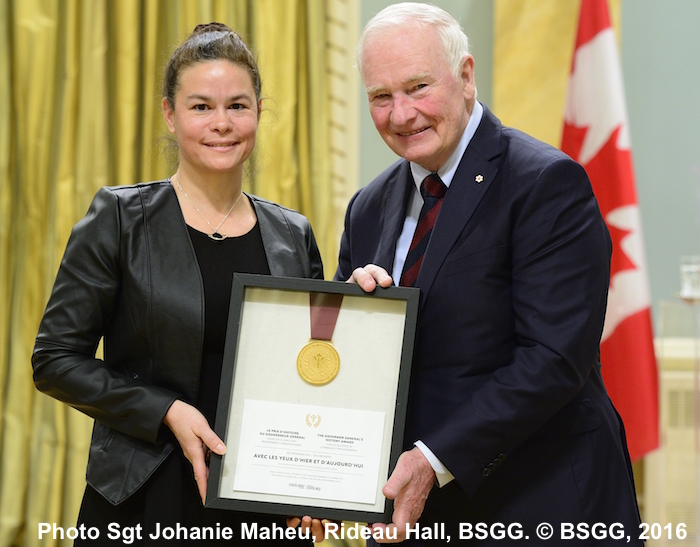 Remise 2016 Prix Histoire du Gouverneur général Honorable à Julie Bellefeuille du centre d'archvies de Vaudreuil-Soulanges par l'Honorable David Johnston Photo Sgt Johanie Maheu, Rideau Hall, BSGG-2016 Credit: Sgt Johanie Maheu, Rideau Hall, OSGG