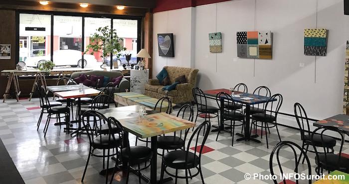 cafe-culturel-lafactrie-tables-chaises-vitrine-photo-infosuroit