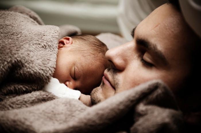 sommeil-bebe-et-papa-photo-publicdomainpictures-via-pixabay