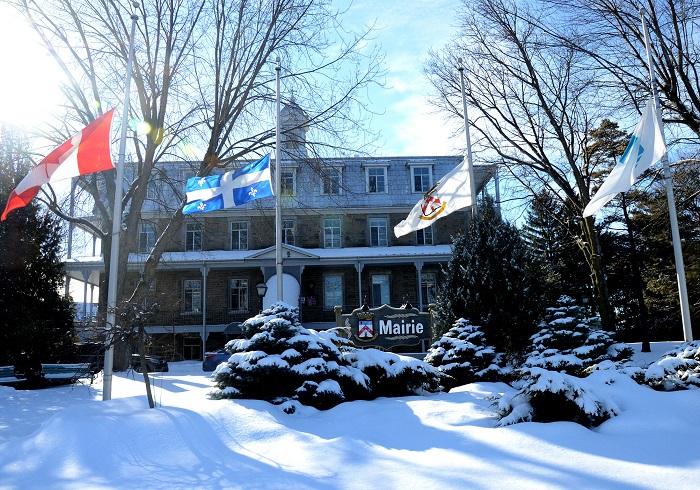Drapeaux_en_berne hotel_de_ville Chateauguay Photo courtoisie VC