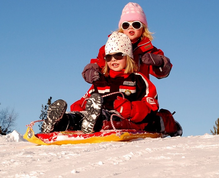 enfants hiver glissade traineau Photo tpsdave via Pixabay