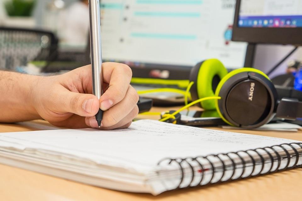 etude travaux scolaires ordinateur livre etudiant Photo Pexels via Pixabay