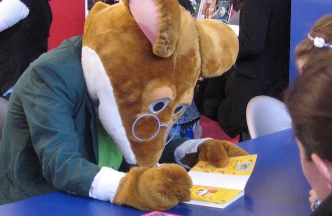Geronimo_Stilton mascotte souris autographe Photo Dinkley via Wikimedia CC
