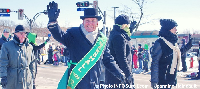 Defile St-Patrick Chateauguay 2014 marshall depute PierreMoreau Photo INFOSuroit-Jeannine_Haineault