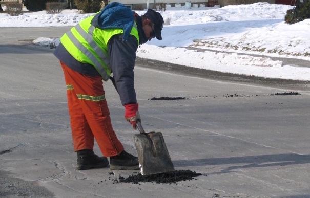 employe Valleyfield entretien asphalte rues nids-de-poule Photo courtoisie