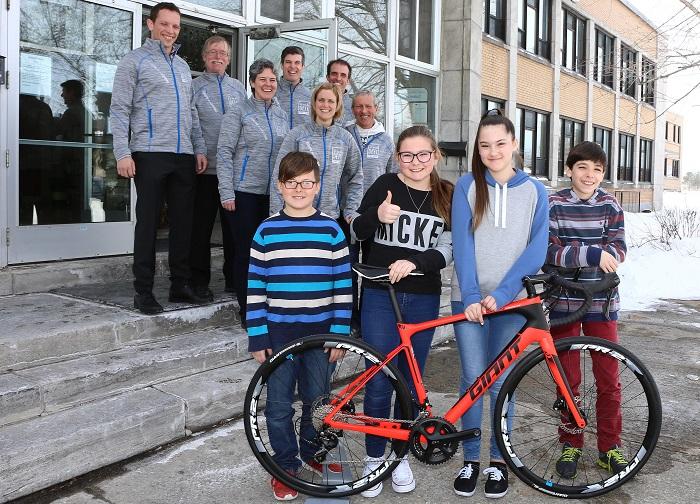 equipe Vie_en_Forme et jeunes eleves ecole St-Paul Beauharnois Photo courtoisie