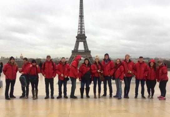 groupe eleves du centredesMoissons devant Tour Eeffel Photo courtoisie CSVT