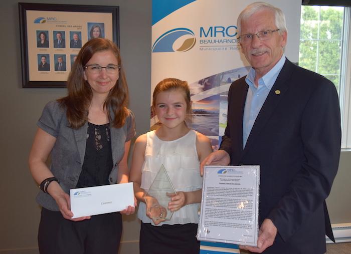 MaudeLaberge avec jeune mairesse LaurenceBouchard et FrankMooijekind Photo MRC
